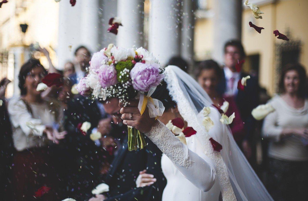 Hochzeit feiern Braut mit Blumenstrauß 2020