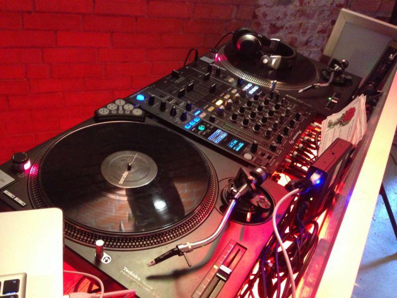 DJ Plattenspieler und DJ Mixer